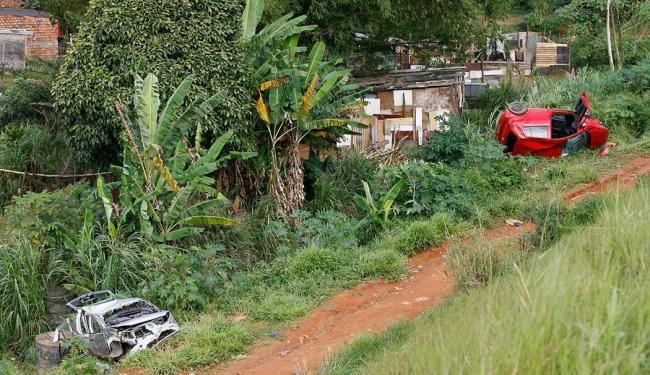 Veículos caíram em ribanceira na Av. Luís Eduardo Magalhães - Foto: Marco Aurélio Martins | Ag. A TARDE