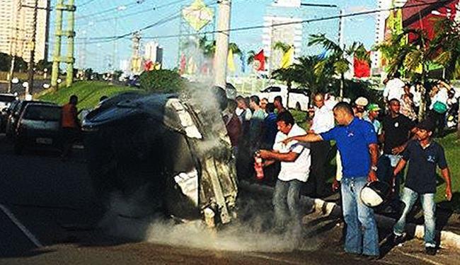 Populares ajudam enquanto aguardam a chegada do resgate - Foto: Reprodução   Facebook
