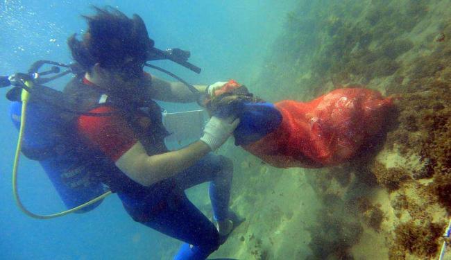 Em Salvador, a coleta de lixo no fundo do mar é feita por mergulhadores - Foto: Lúcio Távora   Ag. A TARDE
