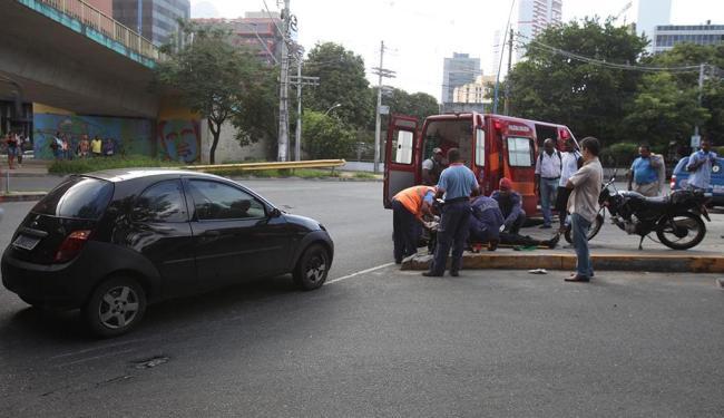 O acidente envolvendo moto e carro ocorreu na manhã desta quarta - Foto: Edilson Lima | Ag. A TARDE