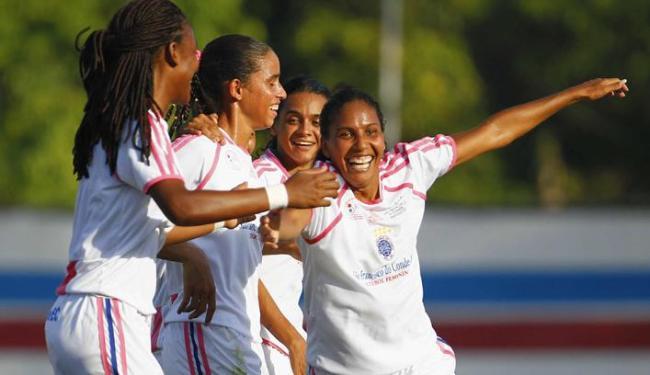 Larissa (1ª à direita) é a esperança de gols da equipe baiana na estreia nesta quarta contra o Mixto - Foto: Eduardo Martins | Ag. A Tarde