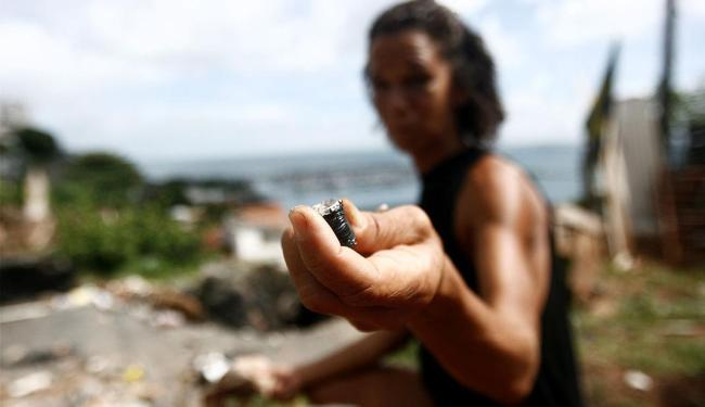 Usuária de crack na região próxima a ladeira da montanha delira e não fala de maneira clara - Foto: Raul Spinassé | Ag. A TARDE