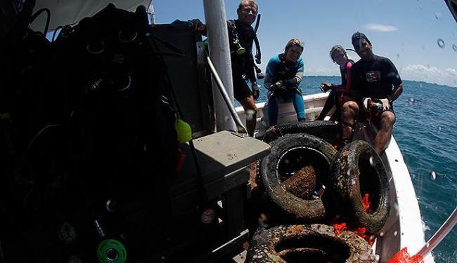 Mergulhadores retiraram dez pneus do mar da Barra - Foto: Lúcio Távora | Ag. A TARDE