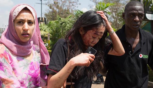 Mulher ferida consegue ser retirada do shopping centers Westgate, em Nairóbi - Foto: Agência Reuters