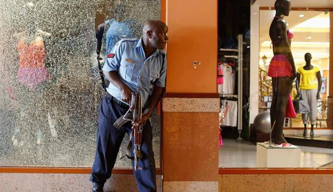 Policiais armados tentam prender terroristas em shopping no Quênia - Foto: Agência Reuters