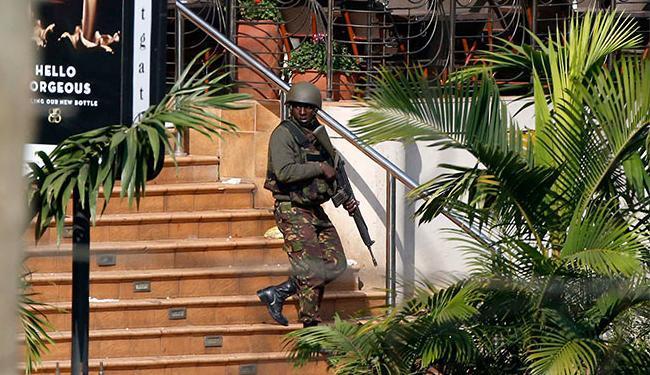 Soldado queniano inspeciona a entrada principal do shopping Westgate, em Nairóbi - Foto: Goran Tomasevic l Reuters
