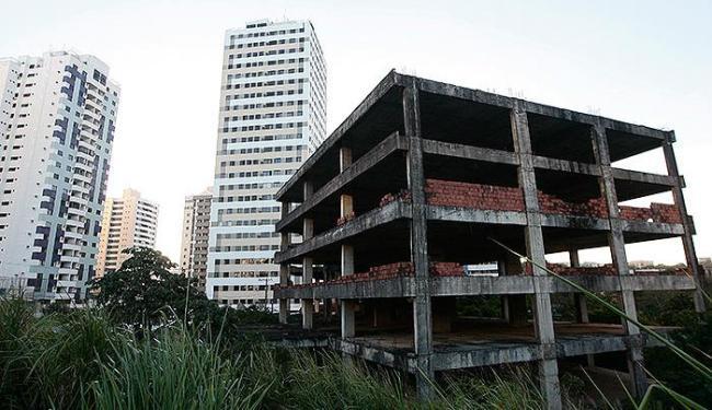 Edifício abandonado durante a construção no bairro do Costa Azul é motivo de preocupação - Foto: Mila Cordeiro | Ag. A TARDE