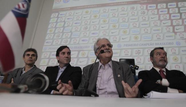 Novo presidente do Bahia, Schmidt (2º à direita) teve salário definido na reunião do conselho - Foto: Raul Spinassé / Ag. A TARDE