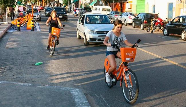 Sem ciclofaixa, adeptas das bicicletas dividem espaço com carros no Porto da Barra - Foto: Fernando Amorim   Ag. A TARDE