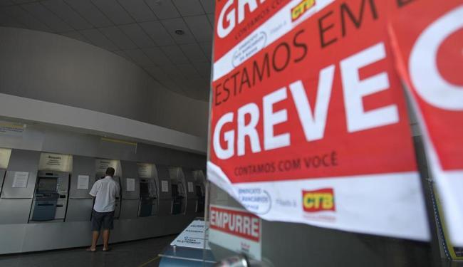 A greve dos bancários foi deflagrada na última quinta-feira em todo o País - Foto: Raul Spinassé | Ag. A TARDE