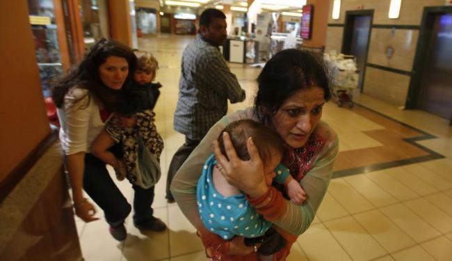 Mulheres com crianças tentaram se proteger durante ataque em shopping no Quênia - Foto: Goran Tomasevic | Reuters