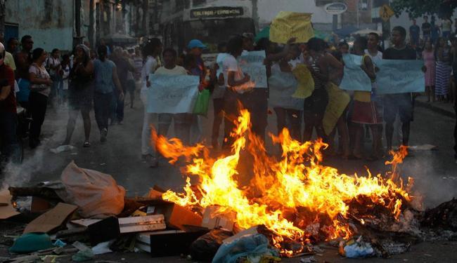 Moradores do IAPI fecham rua em protesto contra morte de menino de 2 anos - Foto: Joá Souza | Ag. A TARDE