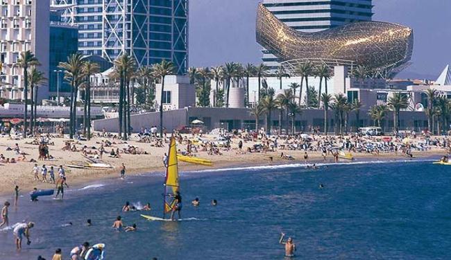 Praia de Barceloneta, na Espanha, recebe muitos turistas - Foto: Divulgação