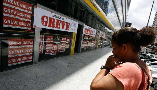 Bancários estão em greve desde o dia 19 de setembro - Foto: Marco Aurélio Martins | Ag. A TARDE