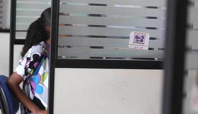 Vítima de violência é atendida em uma das cabines da Deam - Foto: Raul Spinassé | Ag. A TARDE