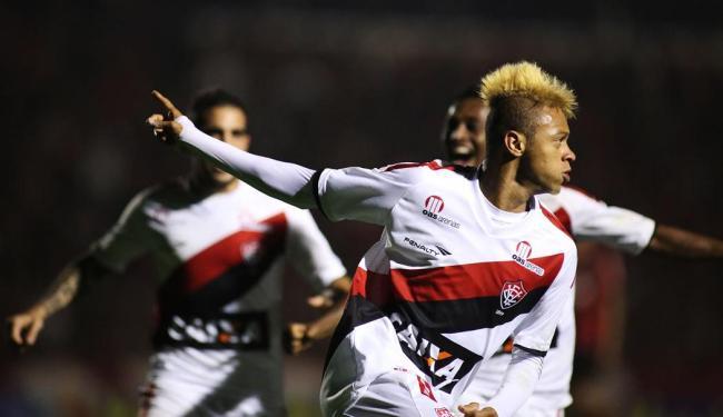 Willian Henrique marca o quatro gol e dá passe para o quinto - Foto: Giuliano Gomes/Estadão Conteúdo