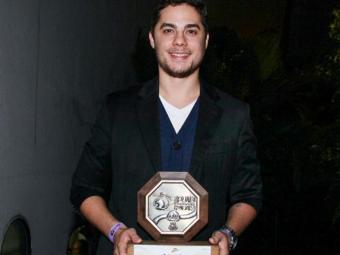 Levi, vocalista da banda, com o prêmio em mãos - Foto: Manuela Scarpa | Divulgação