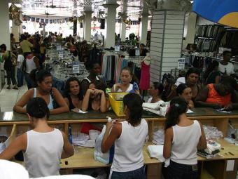 Comércio deve absorver 70% dos novos admitidos, principalmente as lojas localizadas em shoppings - Foto: Joa Souza   Ag. A TARDE