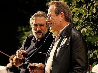 De Niro e Tommy Lee Jones em A Família, que se inspira nos grandes filmes sobre máfia italiana - Foto: Divulgação