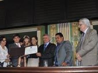 Com a filha e acompanhado do presidente Fernando Schmidt, Rátis recebeu a homenagem - Foto: Site Oficial E.C.Bahia   Divulgação