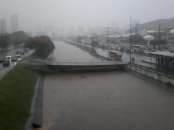 Canal na Av. ACM está próximo de atingir a capacidade; há ameaça de transbordamento - Foto: Edilson Lima | Ag. A TARDE