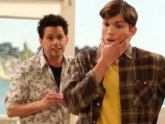 Os dois atores protagonizam Two and a Half Men - Foto: Divulgação