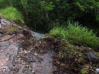 Deslizamento bloqueou acesso a Cachoeira parcialmente - Foto:   Ag. A TARDE