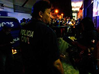 Policiais civis investigam o crime em Feira de Santana - Foto: Luiz Tito | Ag. A TARDE