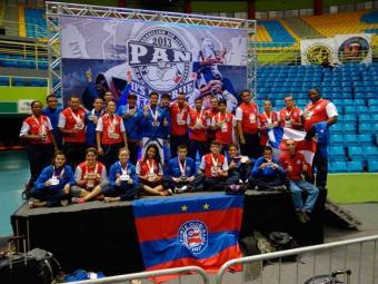 Equipe do Bahia celebra o grande resultado exibindo suas medalhas - Foto: Site Oficila EC Bahia | Divulgação