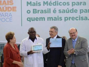 Dilma também prestou homenagem aos médicos brasileiros - Foto: Antônio Cruz | Agência Brasil