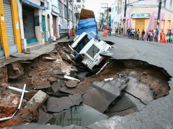 Obra acontece no mesmo local onde uma cratera engoliu uma carreta no último dia 10 - Foto: Fernando Amorim   Ag. A TARDE