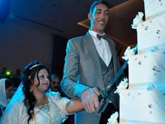 O turco Sultan Kosen durante cerimônia de casamento com a síria Merve Dibo neste domingo - Foto: AFP