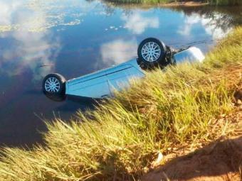 Veículo caiu em represa após motorista perder controle da direção - Foto: Reprodução | Jota Mendes | Repórter Coragem