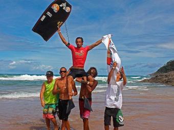 Israel Salas é carregado por amigos na comemoração do titulo em Iatacaré - Foto: Fabriciano Jr | Divulgação