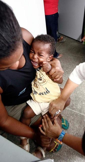 Márcia Santos levou o filho Reinaldy para ser vacinado em posto do bairro Rua Nova - Foto: Luiz Tito | Ag. A TARDE