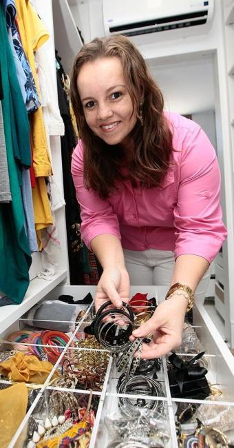 Mirella Guedes ensina que o primeiro passo é o descartar roupas e objetos sem uso - Foto: Mila Cordeiro | Ag. A TARDE
