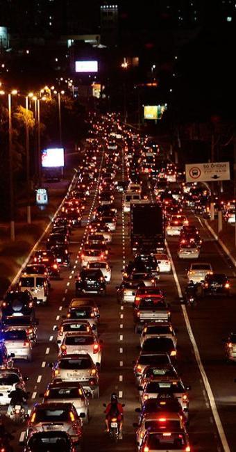 Recapeamento na altura do Bairro da Paz complica trânsito na Paralela - Foto: Mila Cordeiro | Ag. A TARDE