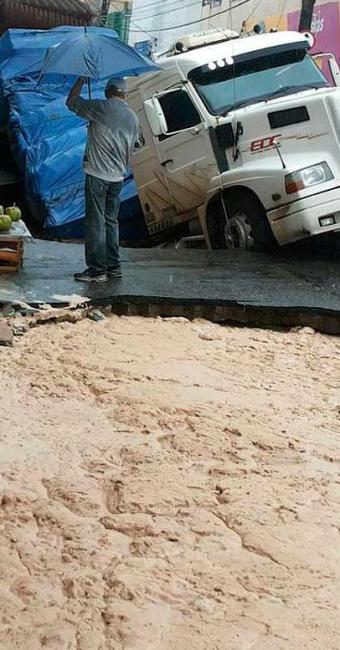 Cratera que prendeu o caminhão aumentou rapidamente - Foto: Reprodução | Aline Sales | Facebook