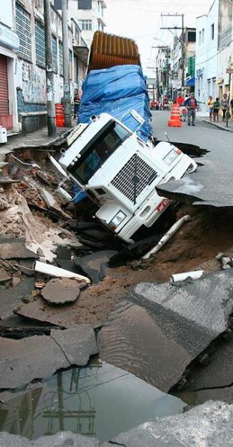 Cratera aumentou no bairro do Uruguai e veículo não consegue ser retirado nesta sexta - Foto: Fernando Amorim   Ag. A TARDE