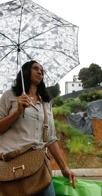 Romilda teve que subir a pé a Contorno, interditada por conta de risco de deslizamento - Foto: Marco Aurélio Martins | Ag. A TARDE