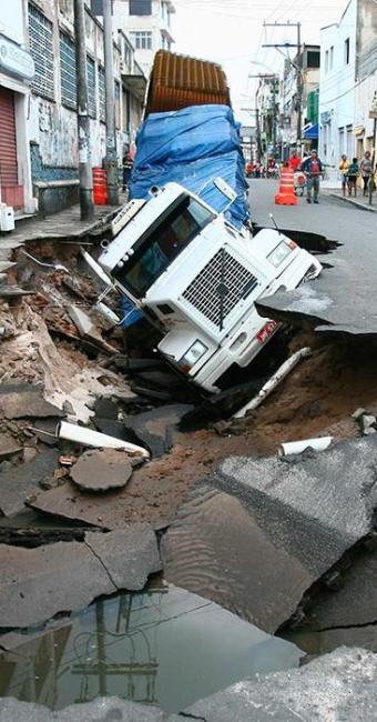 Cratera aumentou no bairro do Uruguai e veículo não consegue ser retirado nesta sexta - Foto: Fernando Amorim | Ag. A TARDE