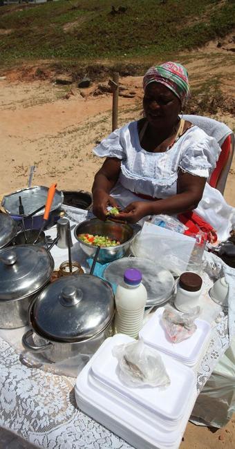 Baianas estão proibidas de montar o tabuleiro na areia das praias de Salvador - Foto: Edilson Lima | Ag. A TARDE