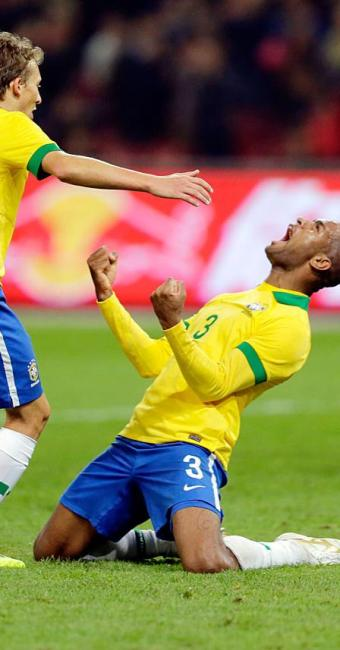 Lucas Leiva e Anderson Silva, camisa 3, comemoram gol - Foto: Agência Reuters