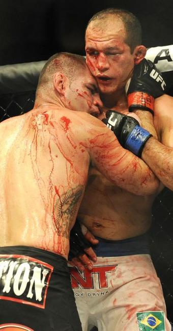 Júnior Cigano (D) apanhou muito de Cain Velásquez - Foto: Pat Sullivan | AP