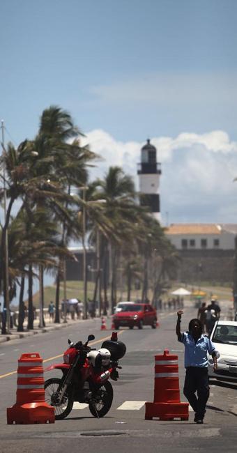 Trânsito na região do Farol da Barra já foi alterado devido a reforma da orla - Foto: Raul Spinassé   Ag. A TARDE