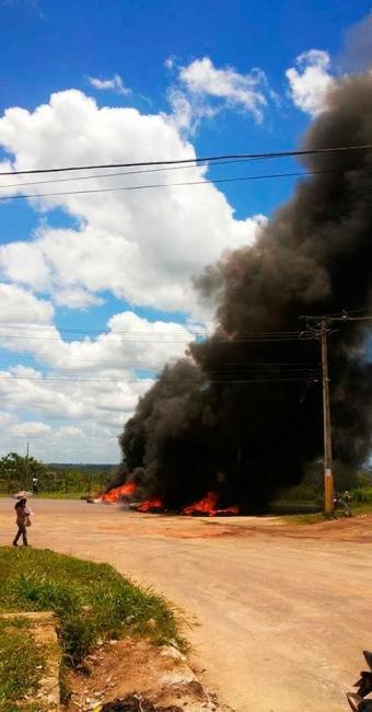 Manifestantes queimaram pneus e bloquearam a rodovia por mais de seis horas - Foto: Osmar Pinto   Alagoinhas News