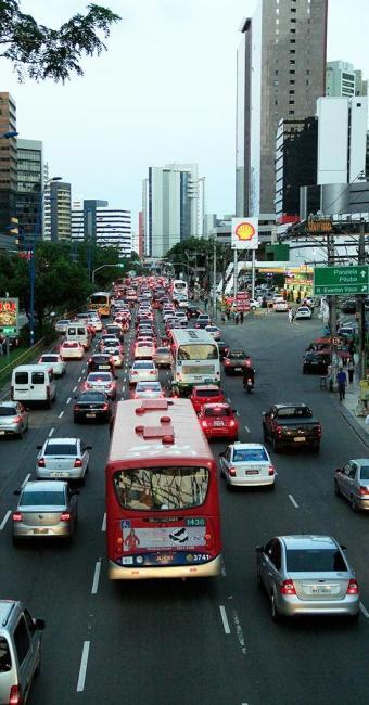 A av. Tancredo Neves é uma das vias mais movimentadas da capital e apresenta retenções frequentes - Foto: Adilton Venegeroles   Ag. A TARDE