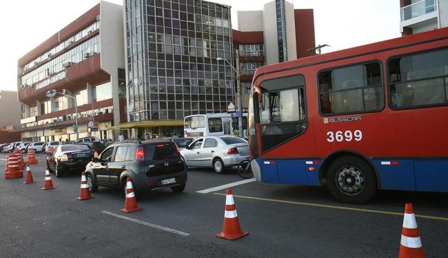 Primeiro dia útil com mudanças na Barra foi de trânsito lento por falta de informação dos condutores - Foto: Margarida Neide | Ag. A TARDE