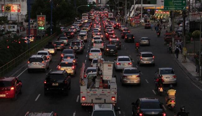 Engarrafamento na Avenida Tancredo Neves, em Salvador - Foto: Adilton Venegeroles | Ag. A TARDE