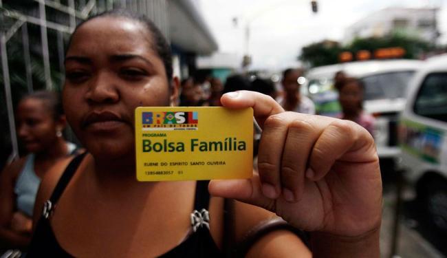 Famílias que não renovarem o cadastro terão benefício bloqueado a partir de janeiro de 2014 - Foto: Lúcio Távora | Ag. A TARDE